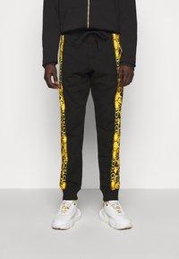 Versace Jeans Couture - PRINT LOGO BAROQUE - Teplákové kalhoty - black - 0