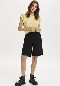 Saint Tropez - Basic T-shirt - straw - 1