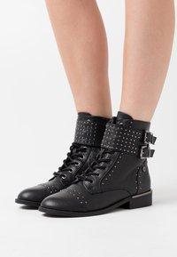 XTI - Kovbojské/motorkářské boty - black - 0