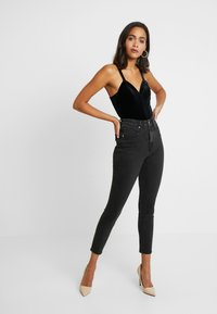 Good American - GOOD CURVE FRONT YOKE - Jeans Skinny - black - 3