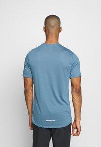 Nike Performance - BREATHE RISE  - Camiseta estampada - thunderstorm/reflective silver - 2