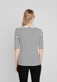 Tommy Hilfiger - ESSENTIAL - Print T-shirt - black/white - 2