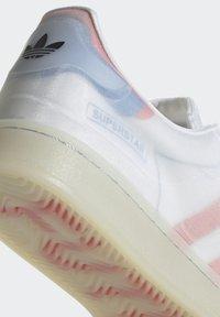 adidas Originals - SUPERSTAR FUTURESHELL - Tenisky - ftwr white/semi solar red/bright blue - 9