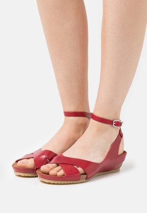 TOKI - Sandály na klínu - rouge