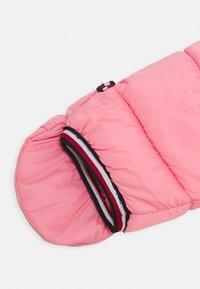 Tommy Hilfiger - BABY FLAG SKISUIT - Lyžařská kombinéza - pink - 2