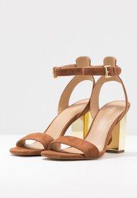 MICHAEL Michael Kors - PETRA ANKLE STRAP - Sandály na vysokém podpatku - luggage - 4