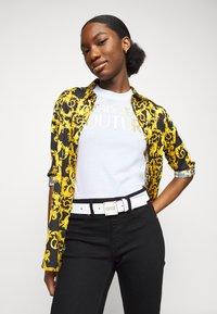 Versace Jeans Couture - PLAQUE BUCKLE - Pásek - bianco ottico - 0