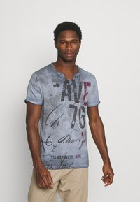 Key Largo - OUTCOME BUTTON - T-shirt con stampa - steel blue - 0