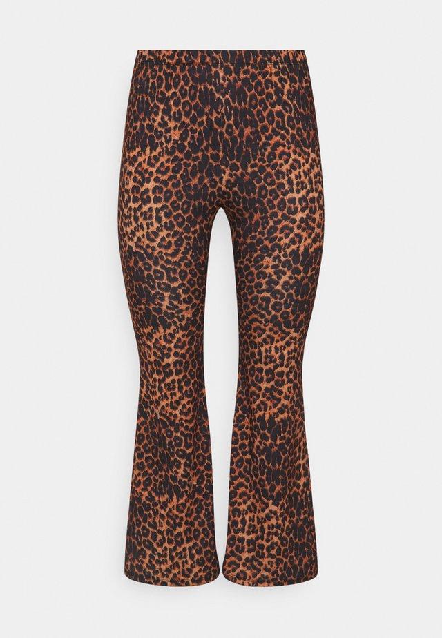 LEOPARD PRINT KICK FLARE - Pantalones - chocolate/black