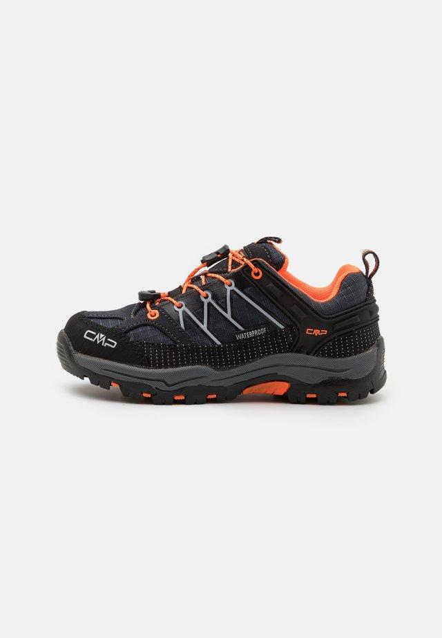 KIDS RIGEL LOW SHOE WP UNISEX - Chaussures de marche - antracite/flash orange