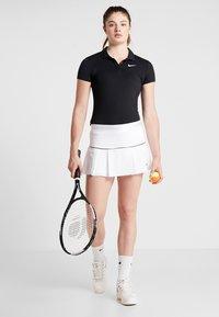 Nike Performance - VICTORY SKIRT - Sportovní sukně - white/black - 1
