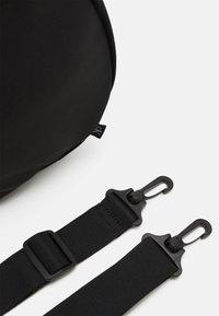 Calvin Klein Jeans - BARREL GLOW UNISEX - Sac week-end - black - 5
