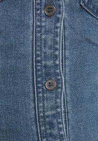 Noisy May Petite - NMJOY DRESS - Denimové šaty - medium blue denim - 2