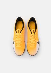 Nike Performance - MERCURIAL VAPOR 13 CLUB IC - Fotballsko innendørs - laser orange/black/white - 3