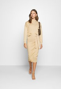 Missguided - FUNNEL NECK CROPPED JUMPER AND TIE WAIST MIDI SKIRT SET - Jumper - camel - 1
