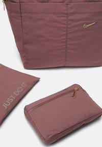 Nike Performance - ONE LUXE TOTE - Sportovní taška - smokey mauve - 5