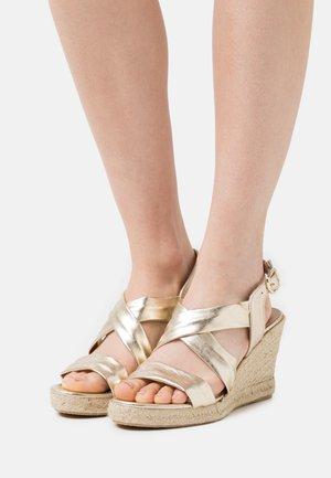 LUIRA - Korkeakorkoiset sandaalit - gold