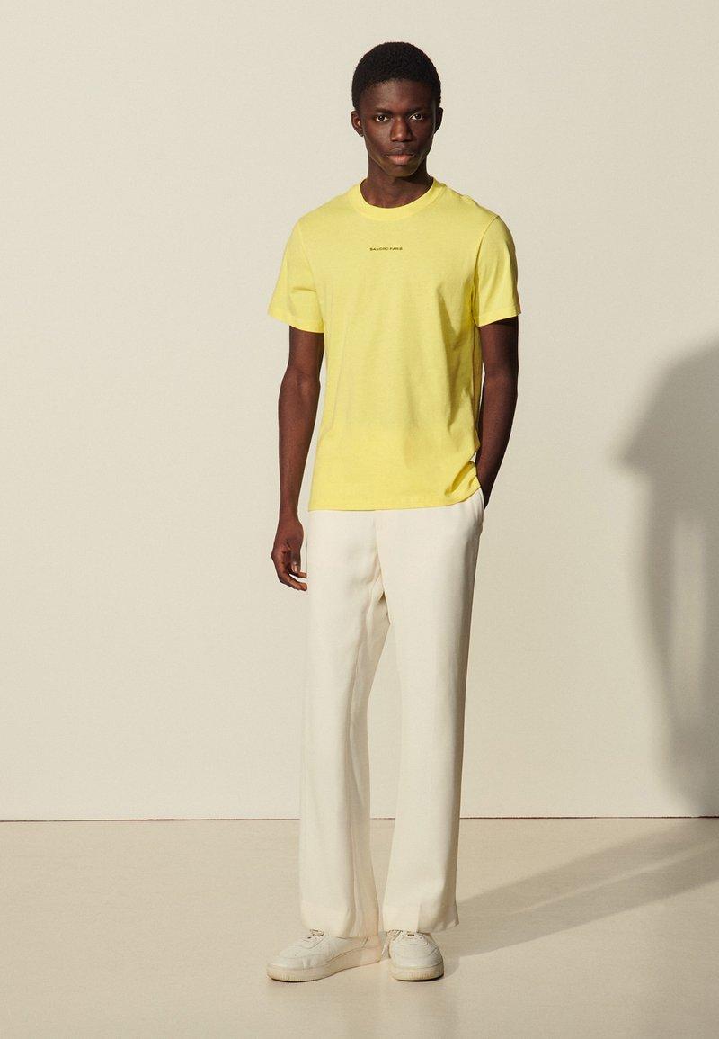 sandro - SOLID TEE UNISEX - Basic T-shirt - jaune citron