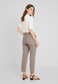 ONLY - ONLISAK PANT  - Pantaloni - decadent chocolate - 2