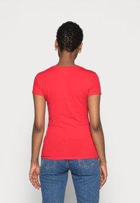 Guess - SLIM FIT - T-Shirt print - tomato juice - 2