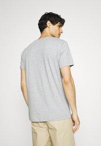 GANT - SUMMER - T-shirt med print - grey melange - 2