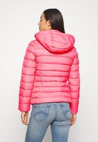 Tommy Jeans - BASIC - Bunda zprachového peří - glamour pink - 3