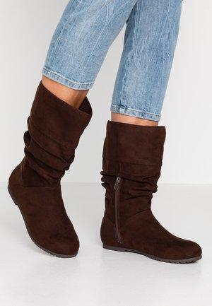 RAYAN - Støvler - brown
