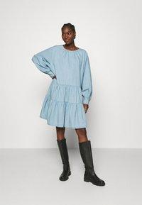 Selected Femme - SLFGILLI SHORT DRESS - Denim dress - light blue - 1