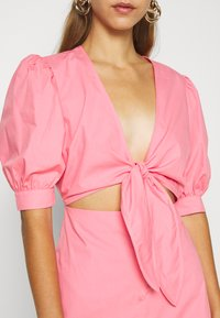 NA-KD - HOSS X FRONT TWIST DRESS - Cocktailkleid/festliches Kleid - pink - 5
