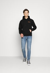Carhartt WIP - HOODED INTERNATIONAL OPERATIONS - Sweat à capuche - black/red - 1