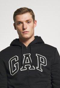 GAP - V LOGO SHERPA - Zip-up hoodie - true black - 4