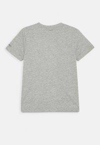 Converse - SHORT SLEEVE CHUCK PATCH GRAPHIC UNISEX - T-shirt imprimé - dark grey heather - 1