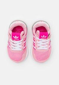 adidas Originals - RETROSET RUNNING INSPIRED SHOES - Trainers - light pink/footwear white/shock pink - 3