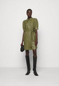 TWINSET - ABITO CHEMISIER SPALMATO CON CINTURA - Shirt dress - verde alpino - 1