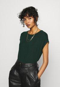 Vero Moda - Jednoduché triko - pine grove - 0