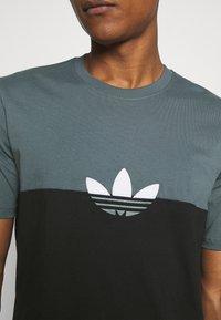 adidas Originals - SLICE BOX - Print T-shirt - black/blue oxide - 4