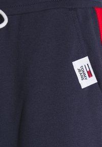 Tommy Jeans - MIX MEDIA BASKETBALL PANT - Pantaloni sportivi - twilight navy - 2
