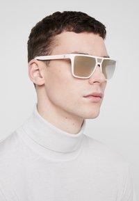 Guess - Sluneční brýle - white - 1