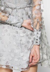Who What Wear - V-NECK EMPIRE DRESS - Koktejlové šaty/ šaty na párty - silver - 5