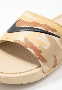 Nike Sportswear - BENASSI JDI PRINT - Muiltjes - desert ore/black/ale brown/club gold/parachute beige - 5