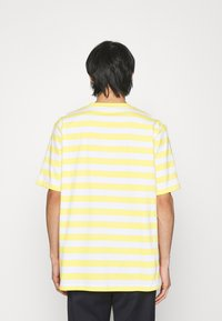 Holzweiler - HANGER STRIPED TEE - Triko spotiskem - yellow/white - 2
