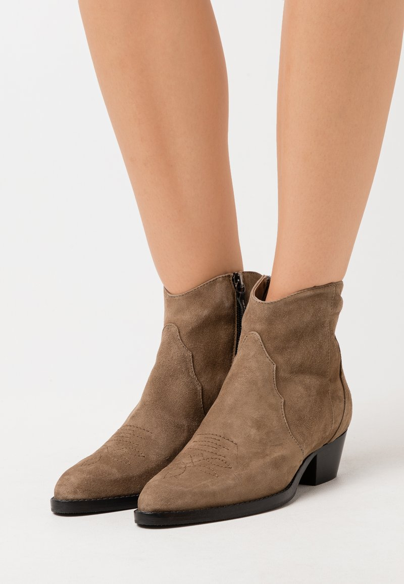 Hash#TAG Sustainable - Cowboy/biker ankle boot - olive