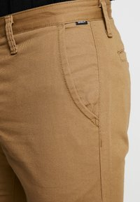 Vans - MN AUTHENTIC CHINO STRETCH - Chinos - dirt - 3