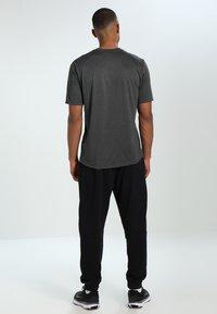 The North Face - MEN'S REAXION AMP CREW - Basic T-shirt - dark grey heather - 2