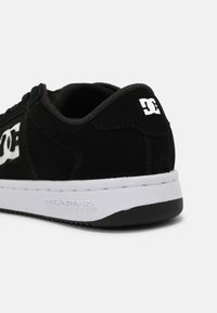 DC Shoes - STRIKER UNISEX - Trainers - black/white - 6