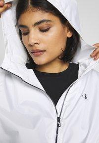 Calvin Klein Jeans - LARGE LOGO HOODED ZIP THROUGH - Summer jacket - bright white - 3