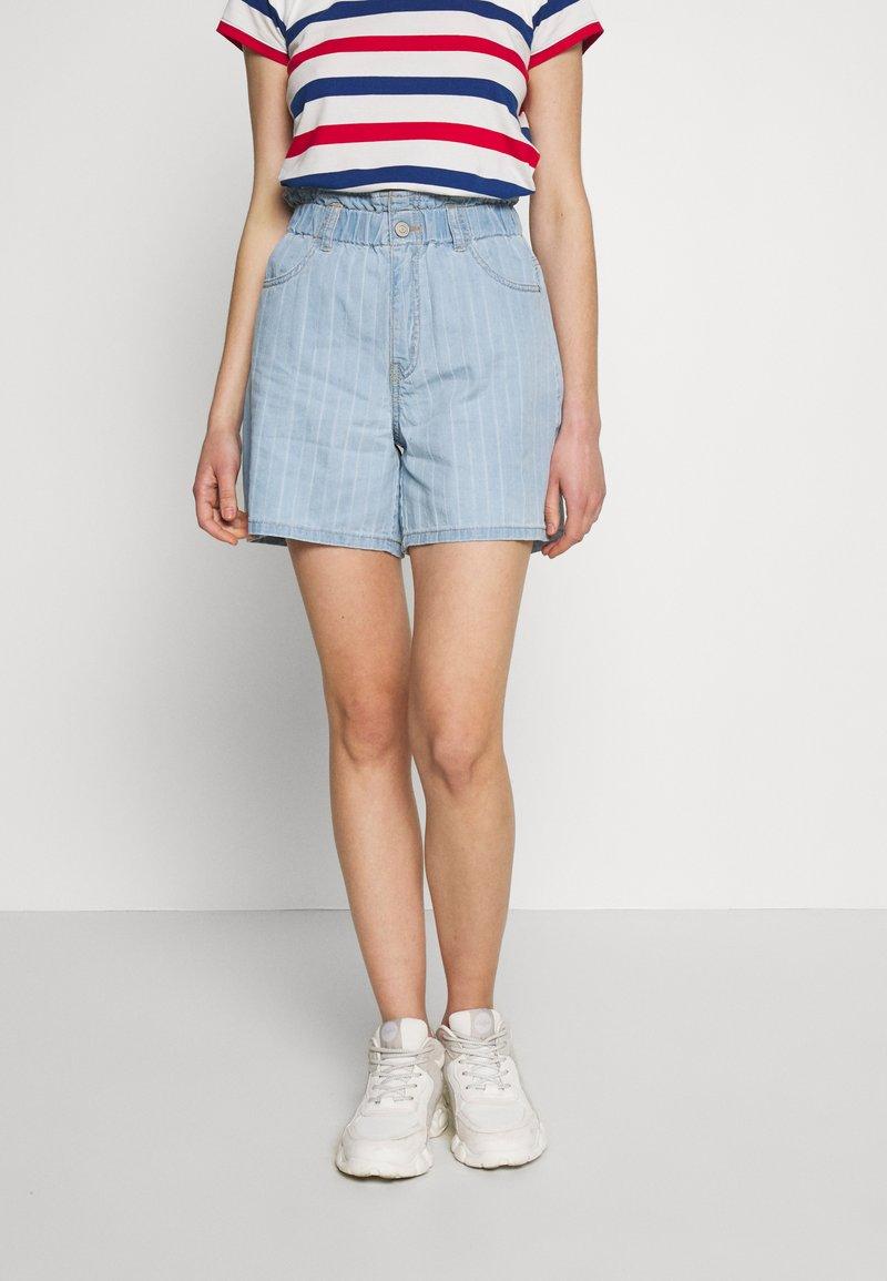 Noisy May - NMLYRA ELASTIC - Denim shorts - light blue denim