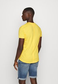 Tommy Jeans - ESSENTIAL JASPE TEE - T-shirt basic - star fruit yellow - 2