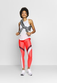 Under Armour - UA HG ARMOUR SPORT LEGGINGS - Punčochy - red/halo gray/metallic silver - 1
