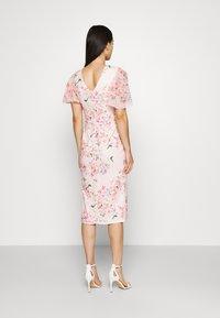 WAL G. - SALUD FLORAL PRINT MIDI DRESS - Sukienka z dżerseju - pink - 2